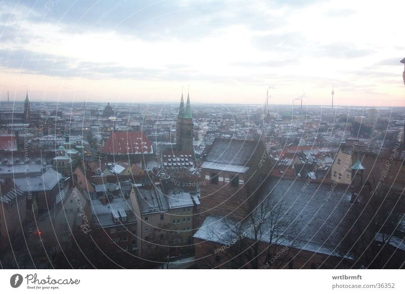 Nürnberg am Abend Ferne Freiheit Winter Schnee Stadt Stadtzentrum bevölkert Haus Kirche Architektur Mauer Wand Dach Europa Aussicht Himmel Wolken Horizont