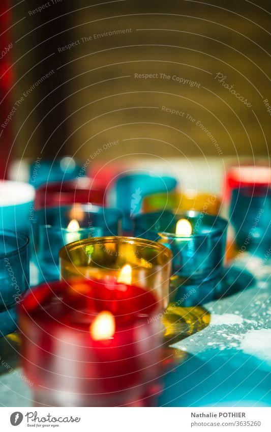 Kerzen in der Kirche Licht rot blau gelb Innenaufnahme Religion & Glaube Christentum Hoffnung Gebet Farbfoto Spiritualität Gottesdienst beten Haus Gottes
