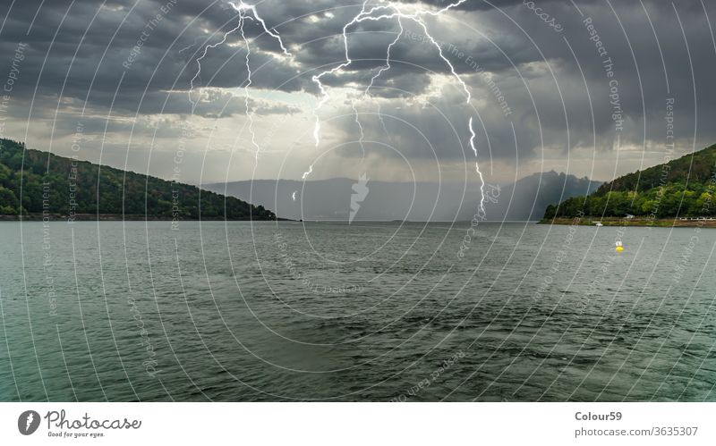Edersee mit Gewittern edersee Blitze gefährlich Sommergewitter beeindruckend Die Atmosphäre Wolken Horizont Donnern Donnerschlag Wasser Wind Wetter Himmel See