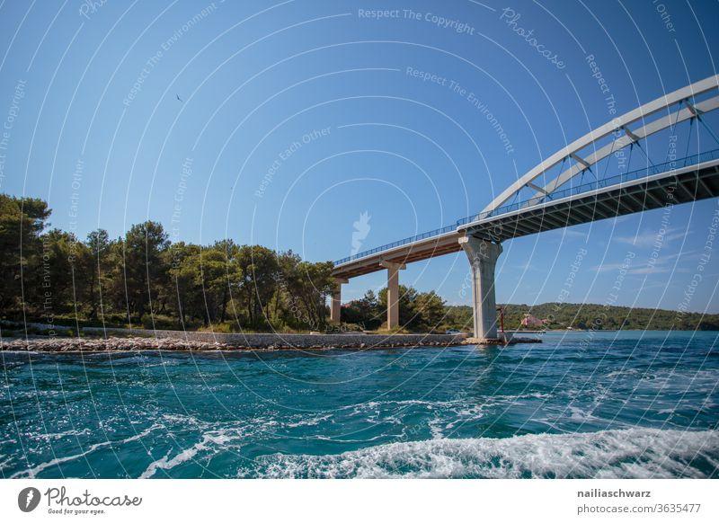 Zdrelac Bridge Brücke Pasman Kroatien Meer Wasser Meereslandschaft Insel Wellen Sommer Sommerurlaub Reise Bäume am Horizont Landschaft Blau Himmel friedlich
