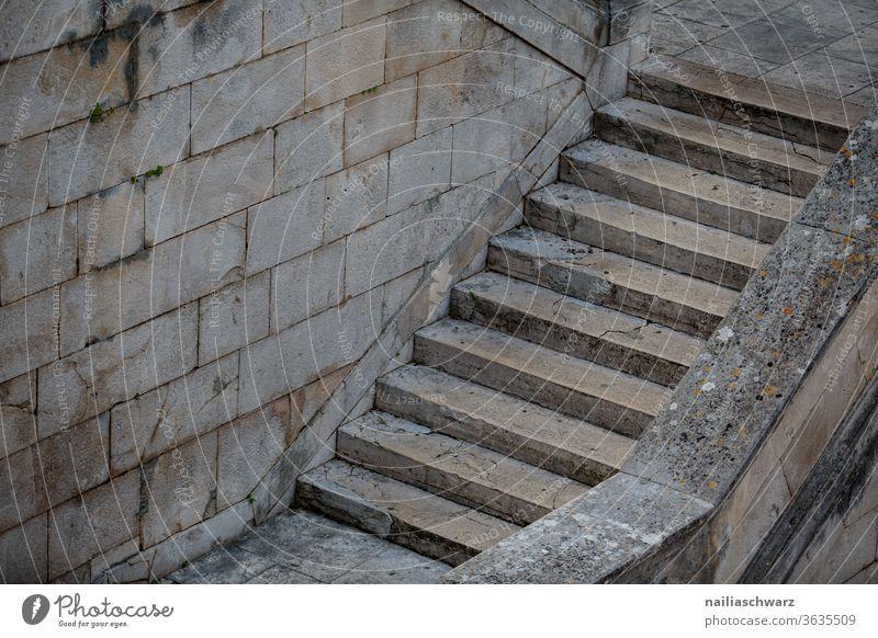 Teil von Treppe, Zadar treppensteigen Treppengeländer Altstadt Architektur architektonische Details Gebäude menschenleer stufe treppenstufe wand haus