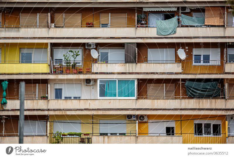 Fassade von Plattenbau Plattenbauweise Plattenbausiedlung Haus Wohnhaus Wohnsiedlung Stadt stadtbild günstiger bunt bunt gemischt satelitenschüssel Miete