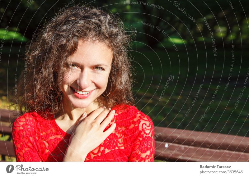 Porträt eines jungen lächelnden schönen spanischen Mädchens Spanisch Frau Gesicht attraktiv Mode hispanisch Menschen Schönheit Model Person Behaarung hübsch