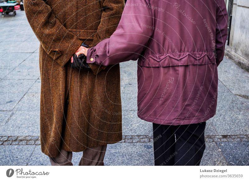 Älteres Paar beim Händchenhalten Glück Partner-Vertrauen Engagement romantisch Liebesbündnis im Alter genießen Geliebte streicheln Emotion nahe