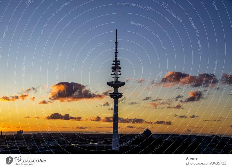 Wenn es Nacht wird in der großen Stadt Abendhimmel Fernsehturm Silhouette Wolken Abendrot Hamburg rote Wolken Stimmung stimmungsvoll Morgenrot schönes Wetter