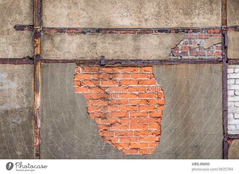 verfallene Fassade mit abgeplatztem Putz, sichtbaren Fachwerkbalken und Mauersteinen | Detailaufnahme Mauerwerk Backsteine Fachwerklbalken alt schmutzig Verfall
