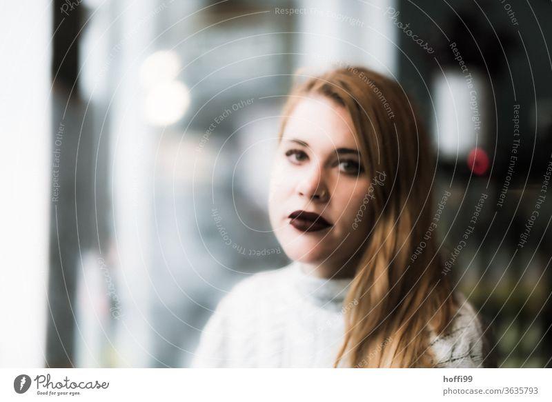 die junge Frau blickt in die Kamera Frauengesicht Junge Frau unscharf unscharfer Hintergrund portraite Erwachsene 18-30 Jahre Mensch Blick in die Kamera