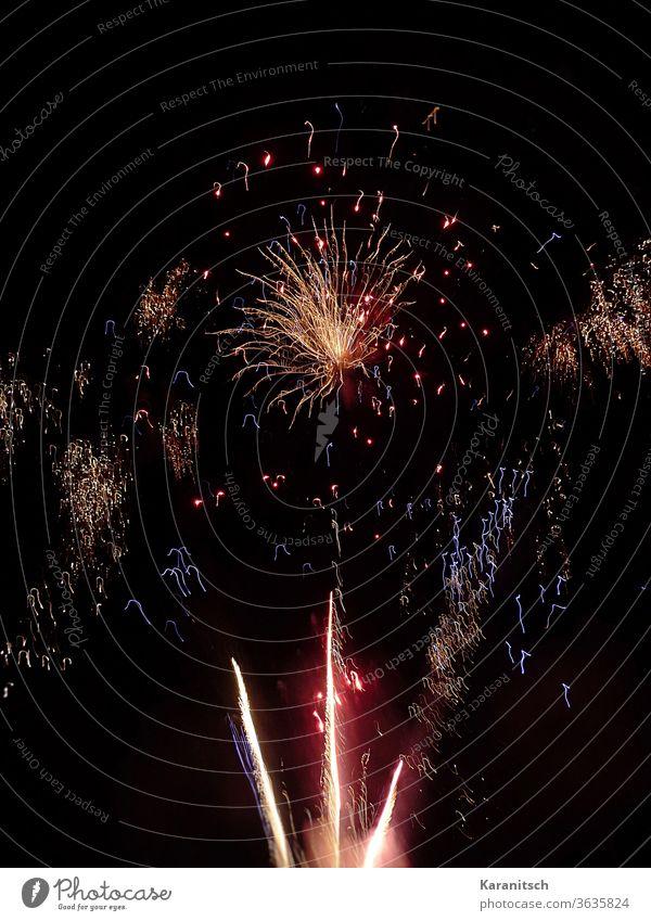 Start ins neue Jahr mit einem Feuerwerk Feuerwerksraketen Funken funkeln blitzen Explosion leuchten Feier Fest Neujahr Silvester Tradition Brauchtum Nacht