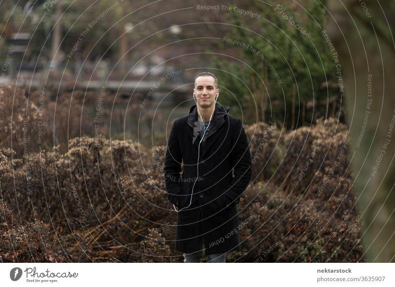 Porträt eines jungen Mannes im Park stehend kaukasische Ethnizität im Freien natürliche Beleuchtung Tag Mode 20-30 Jahre alt Junger Mann 1 Mensch Kurze Haare