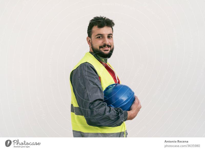 Porträt eines Bauarbeiters auf weißer Wand posierend Konstruktion Mann bärtig nahöstlich Arbeiter professionell im Freien weißer Hintergrund Menschen Person