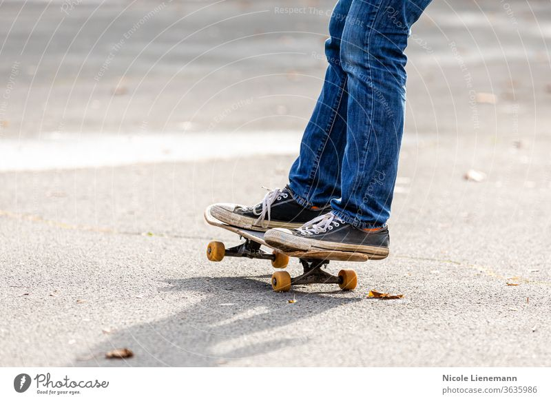 Person fährt auf dem Skateboard Aktion Energie aktiv Skateboarderin Skater Skateboarding Schlittschuhlaufen üben dynamisch Turnschuh Menschen im Freien Stil