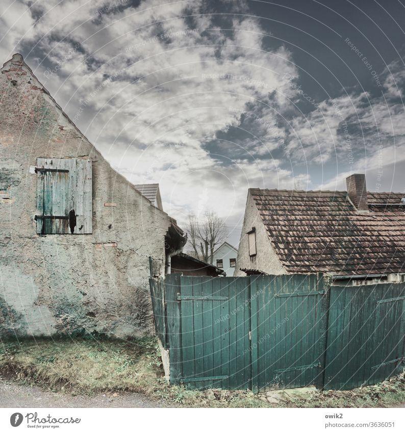Armutszeugnis Dorf Menschenleer Haus Mauer Wand Fassade Fenster trashig ruhig Verfall Vergangenheit Vergänglichkeit Zerstörung Farbfoto Zahn der Zeit verfallen