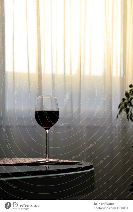 Ein Glas Rotwein auf dem Tisch, während die Sonne untergeht Alkohol Hintergrund Bar Getränk Feier Kristalle Kultur trinken Saum elegant teuer Feinschmecker