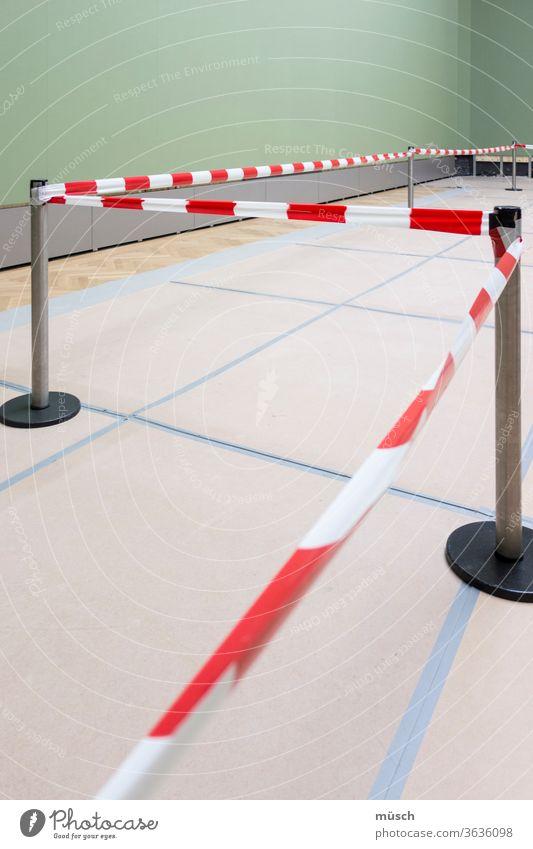 rot-weißes Abstandsband im Raum Absperrband grün Wand Absperrung Band Bauarbeiten Renovierung Weg Erlaubnis Verbot Markierung Fußboden Platten Linie Einteilung