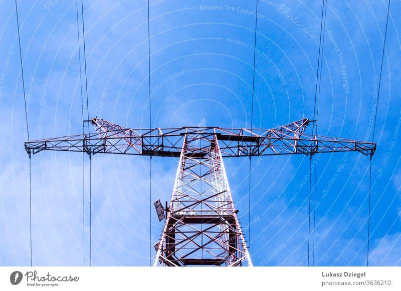 Blick auf den Stromnetzmast an einem sonnigen Frühlingstag Kabel Gefahr Verteilung elektrisch Elektrizität Maschinenbau Umwelt Gerät Raster hoch industriell