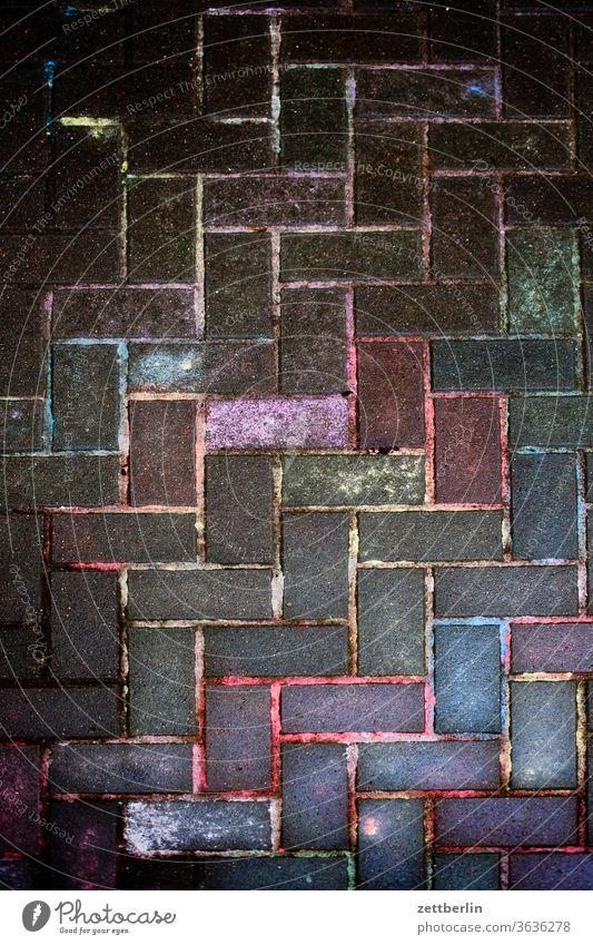 Pflastermalerei nach dem Regen kreide kreidemalerei pflastermalerei gehweg platz fuge farbe farbrest bunt farbig mauerstein ziegel vogelperspektive kunterbunt