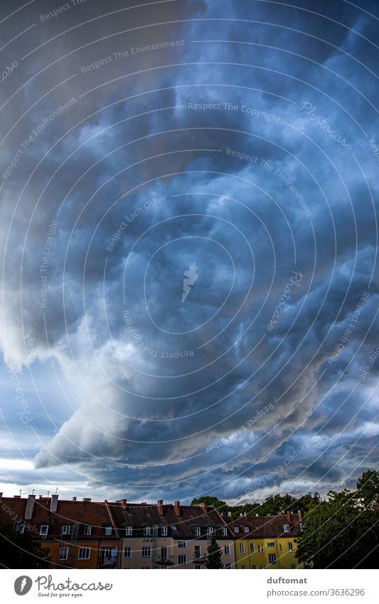 Gewitterwolken über Hinterhof Wolken Wetter schlechtes Wetter Außenaufnahme Himmel Menschenleer Unwetter Klima Sturm bedrohlich Urelemente dunkel Wind Umwelt