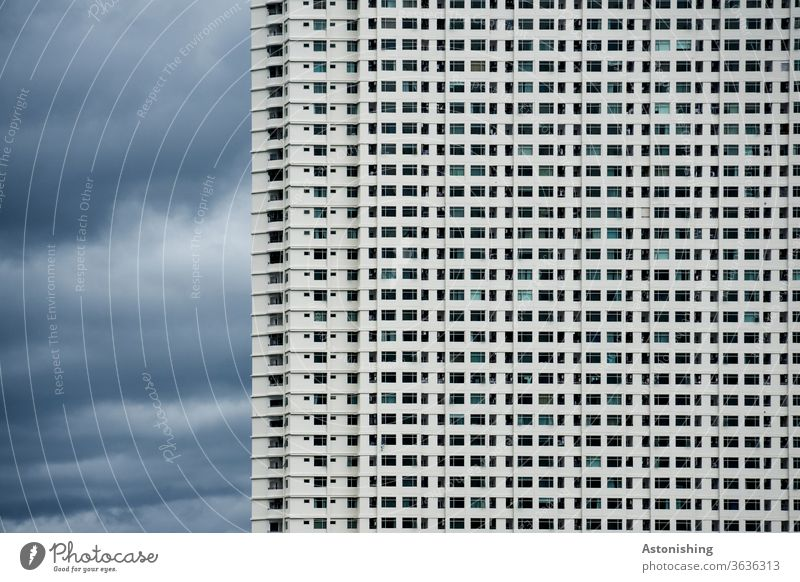 Wohnblock in Nha Trang, Vietnam Wohlgefühl überbevölkert Überbevölkerung Wohnungen Haus Architektur Haustier Himmel Natur Wolken Unwetter Wetter Sturm Regen