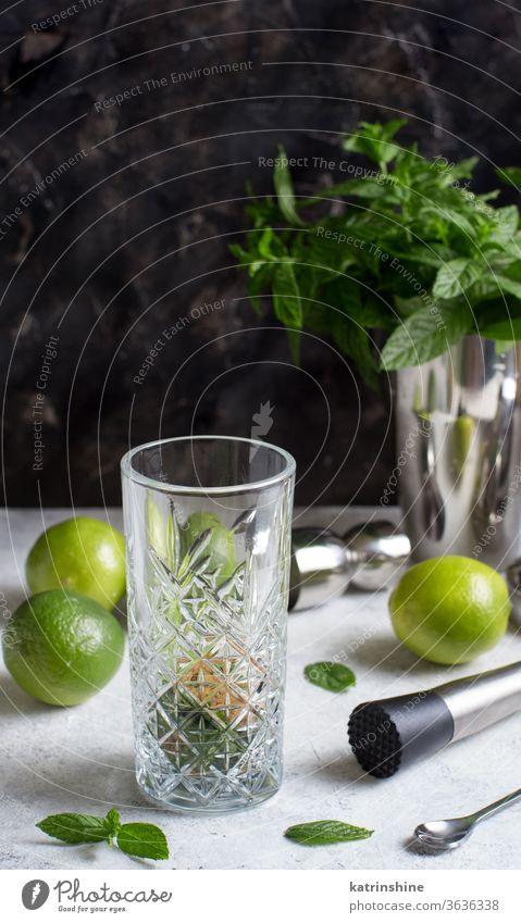 Mojito-Cocktail-Herstellung mit Barkeeper-Werkzeugen Mocktail Minze Kalk Caipiroska Caipirinha Glas Vorbereitung Limonade Getränk trinken Blatt Alkohol