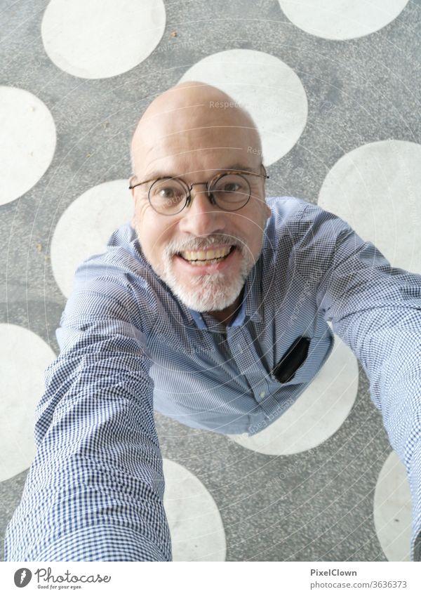 alter Mann schaut in den Himmel Ein Mann allein einzeln Erwachsene Porträt Mensch Bart Gesicht Brille Lachen Freude