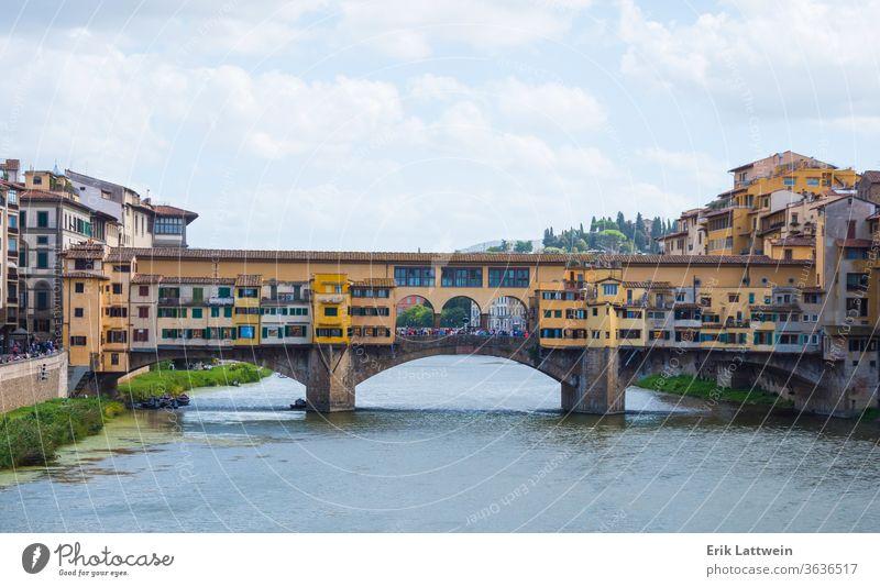 Ikonische Vecchio-Brücke in Florenz über den Arno namens Ponte Vecchio Italien toskana brennen Toskana Architektur Großstadt Italienisch reisen Stadtbild Europa