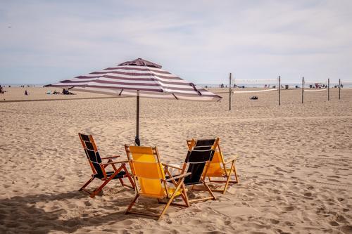 Sonnenschirm und Stühle am Strand Kalifornien Meer Sand MEER Pier Wahrzeichen La Wasser Rad Abenddämmerung Sonnenuntergang Amerikaner Meereslandschaft Himmel