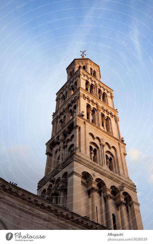 Glockenturm der St.-Domnius-Kathedrale in Split, Kroatien Klingel Turm Wahrzeichen historisch Gebäude Europa Erbe Sonnenuntergang Dalmatien Hrvatska sveti duje