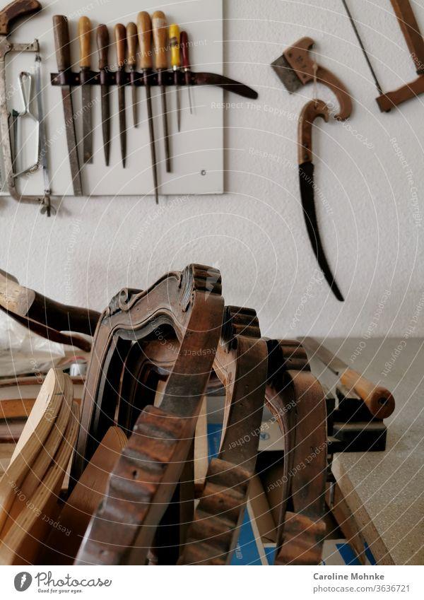 Stühle in einer Werkstatt Stuhl Restaurator restaurieren Werkzeug holz Holzstühle Salbei alt Epoche schleifen Atelier Holzstuhl Detailaufnahme Innenaufnahme