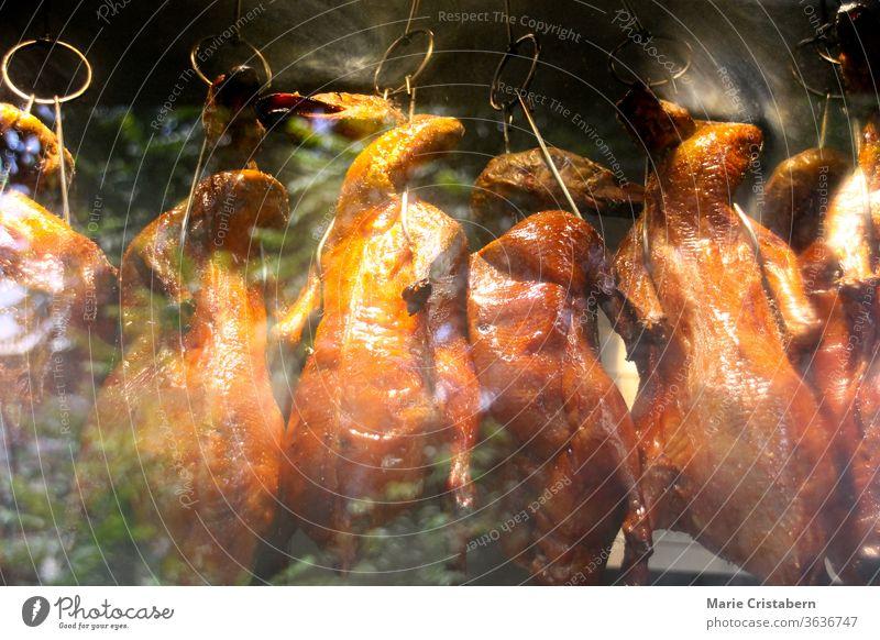 Peking-Ente, ein traditionelles Gericht aus Peking, das seit der Kaiserzeit zubereitet wird traditionelles chinesisches Essen Federvieh gekocht gegrillt