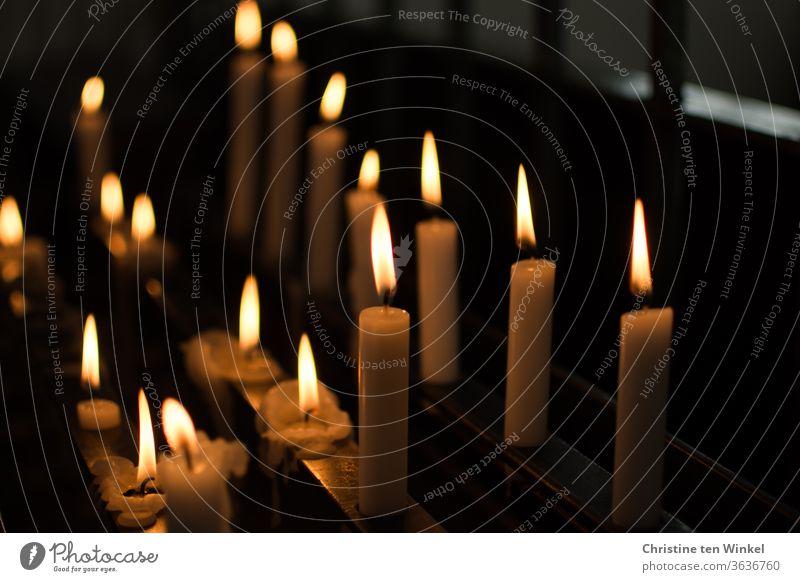 Kerzenaltar mit teils fast heruntergebrannten Kerzen brennende Kerzen Kapelle Kirche beten Religion Licht Hoffnung Glaube Religion & Glaube Gebet Christentum
