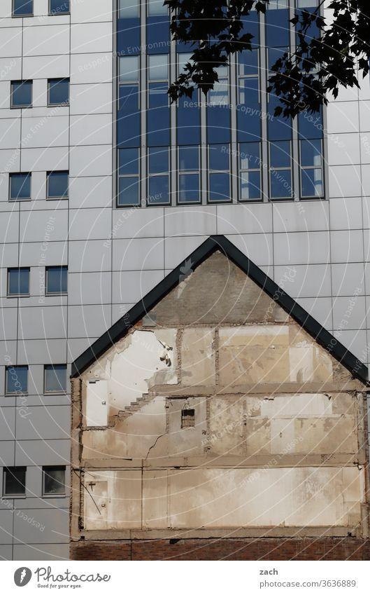 alt und neu Wand Fassade Gebäude Architektur kaputt Neubau Brandwand Haus Fenster Verfall Zerstörung Renovieren Mauer Vergänglichkeit Ruine Bürogebäude