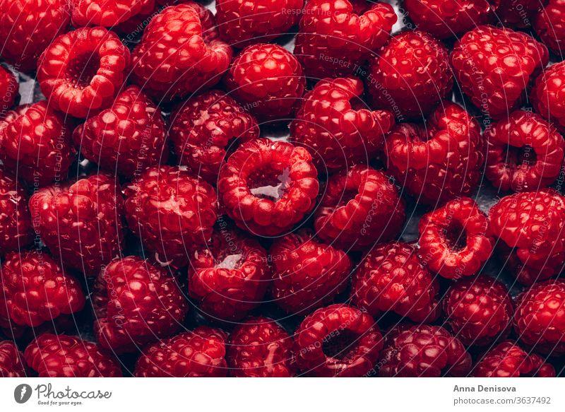 Frische Himbeeren im Hintergrund Beeren Sommer reif lecker Makro Ernährung geschmackvoll Diät rot Lebensmittel süß nahrhaft Garten Draufsicht flache Verlegung