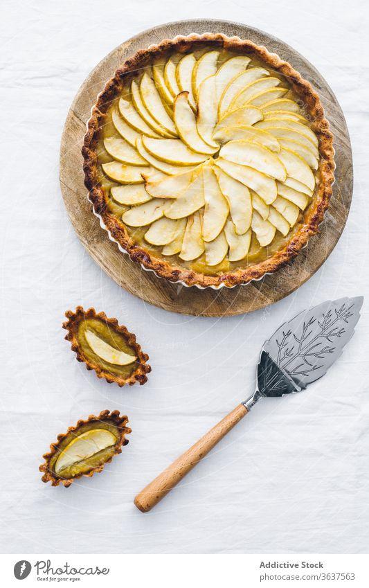 Köstlicher hausgemachter Apfelkuchen in Auflaufform Pasteten lecker Dessert geschmackvoll selbstgemacht Tisch Bäckerei Gebäck Frucht grün Speise Stoff
