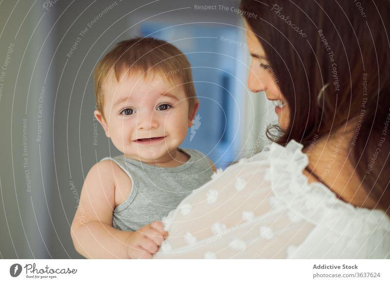 Mutter und Baby haben Spaß zu Hause Spaß haben Zusammensein heimwärts Liebe spielen Kind Glück Eltern Lifestyle Pflege schließen Bonden Kindheit heiter