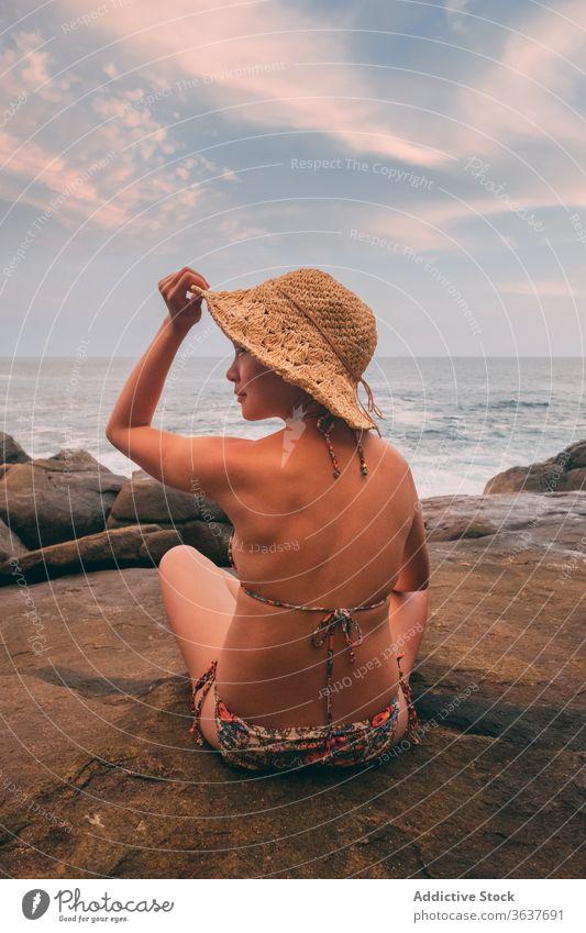 Reisende Frau an felsiger Meeresküste MEER Feiertag Sommer Saison reisen Felsen bewundern Meeresufer Tourist Stein spektakulär Meereslandschaft Ufer Urlaub