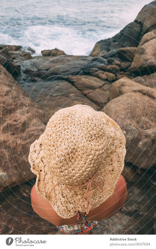 Anonyme reisende Frau an felsiger Meeresküste MEER Feiertag Sommer Saison Felsen bewundern Meeresufer Tourist Stein spektakulär Meereslandschaft Ufer Urlaub