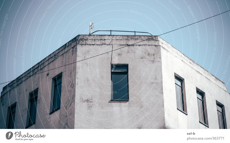 blau alt Stadt Fenster kalt Wand Architektur Mauer Gebäude grau Arbeit & Erwerbstätigkeit Armut Häusliches Leben hoch ästhetisch Neugier