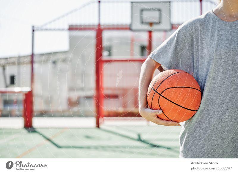 Basketball-Spielerin auf dem Spielplatz stehend Frau Ball Sport Gericht wettbewerbsfähig ernst jung Sportlerin Athlet Sportbekleidung Training Aktivität aktiv