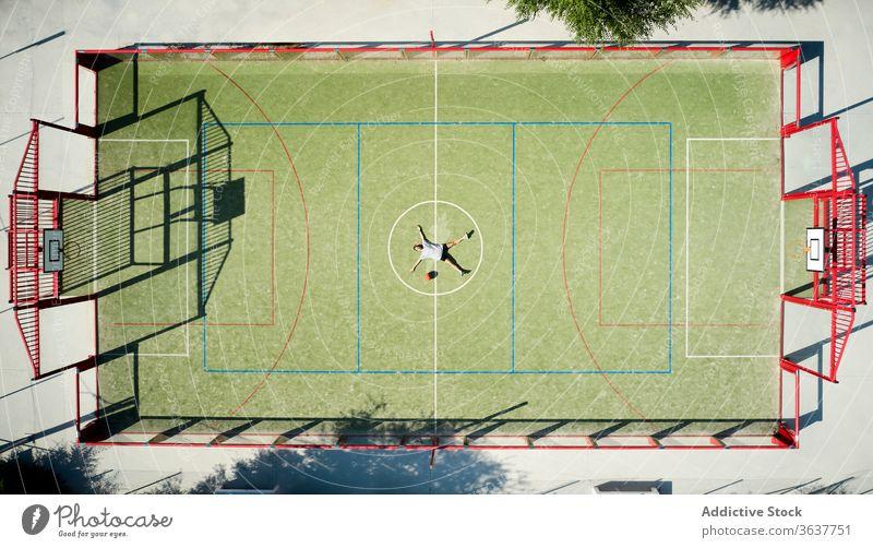 Basketballspieler entspannt auf dem Spielplatz Frau sich[Akk] entspannen ruhen Lügen müde Sport Gericht Ball Sportlerin kreisen Athlet Sportbekleidung Training