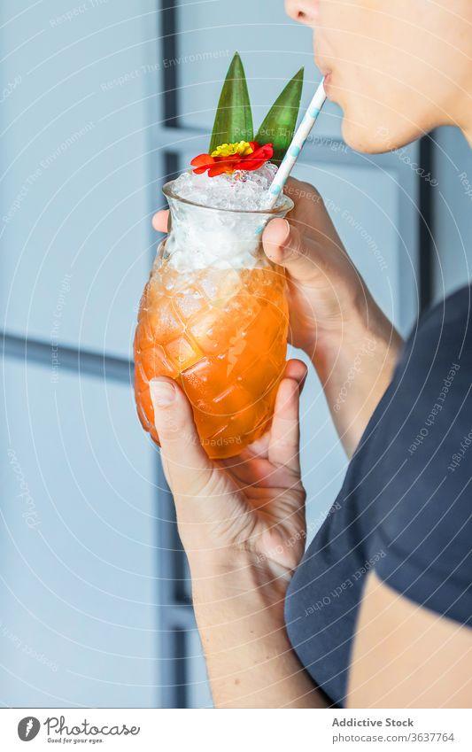 Nutzpflanzenfrau mit Cocktail in ananasförmigem Glas Frau Ananas Erfrischung Stroh trinken Sommer Frucht exotisch sich[Akk] entspannen Urlaub Alkohol Getränk