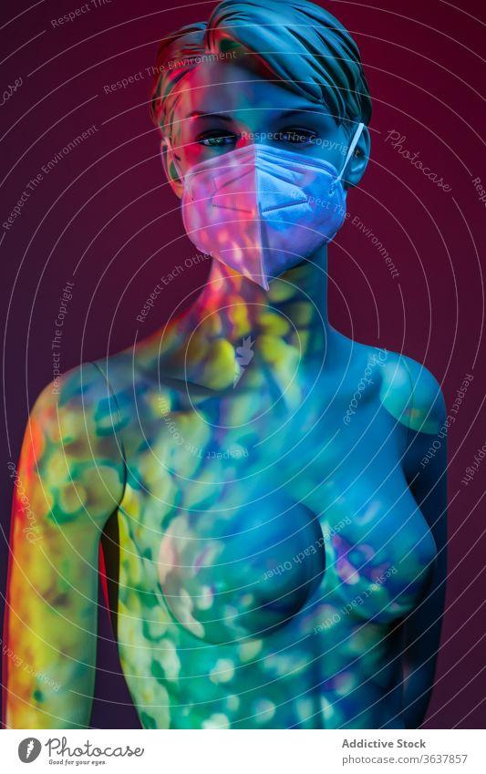 Nackte Puppe mit Schutzmaske im Atelier Schaufensterpuppe Dummy Frau Mundschutz Coronavirus Konzept behüten nackt medizinisch Kunststoff leuchten Licht