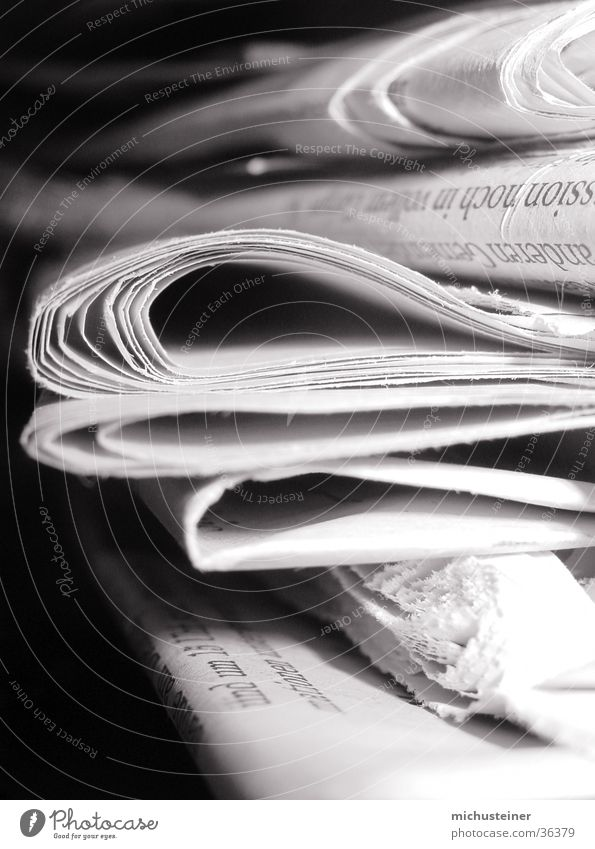 Zeitungsstapel Grauwert Stil Makroaufnahme Nahaufnahme Kontrast Hell/Dunkel Business