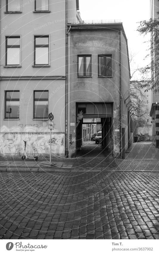 auch ein Zuhause Berlin Mitte Altbau Einfahrt Haus Fenster Fassade Stadt Stadtzentrum Menschenleer Hauptstadt Altstadt Tag Außenaufnahme Bauwerk Architektur
