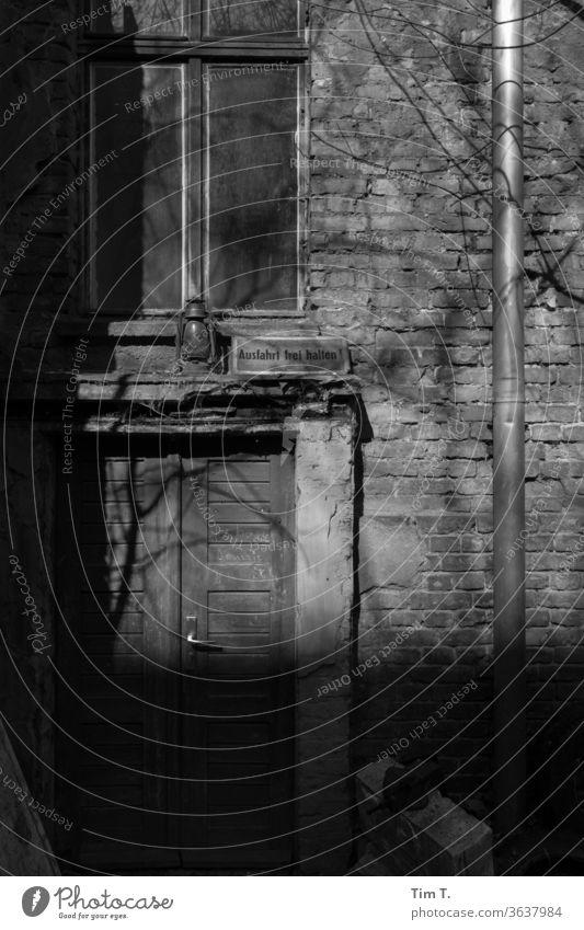 Hinterhof Berlin Prenzlauer Berg Altbau Stadt Stadtzentrum Hauptstadt Altstadt Außenaufnahme Menschenleer Tag Haus Bauwerk Tür Schatten Licht s/w Gebäude Hof