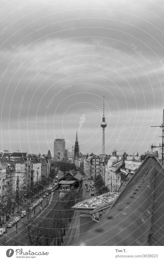der Himmel über Berlin Prenzlauer Berg Fernsehturm Dach UBahn Schönhauser Allee Altstadt Stadt Außenaufnahme Stadtzentrum Hauptstadt Tag Menschenleer Altbau