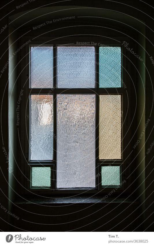 Warten im Treppenhaus Berlin Prenzlauer Berg Fenster Trzoska Stadt Stadtzentrum Hauptstadt Altstadt Menschenleer Tag Haus Farbfoto Altbau Bauwerk Gebäude