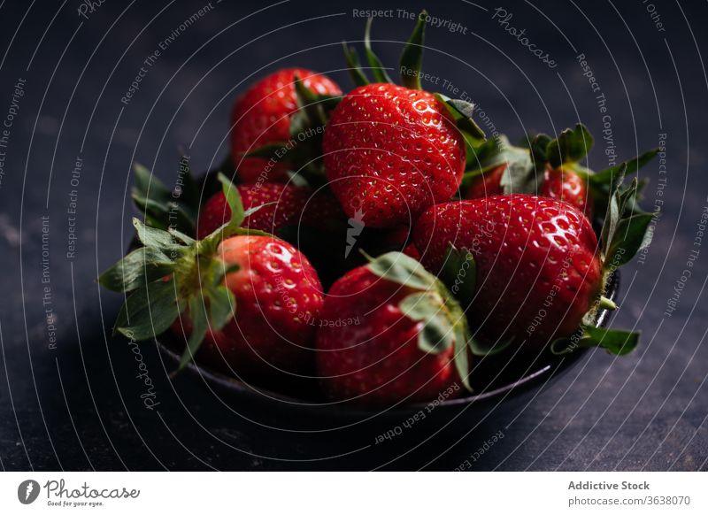 Schale mit reifen frischen Erdbeeren auf schwarzem Hintergrund Beeren Schalen & Schüsseln natürlich Lebensmittel lecker süß organisch Gesundheit Dessert Vitamin