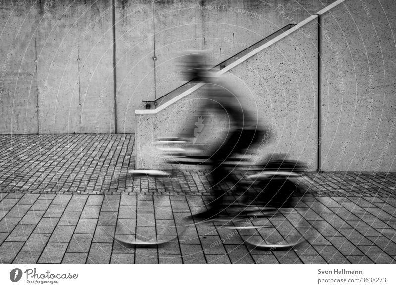 Ghostrider Fahrrad Fahrradfahren Bewegung Straße Verkehr Großstadt urban Sport Radfahrer Übung Transport Radfahren Geschwindigkeit verschwommen Sommer Freude
