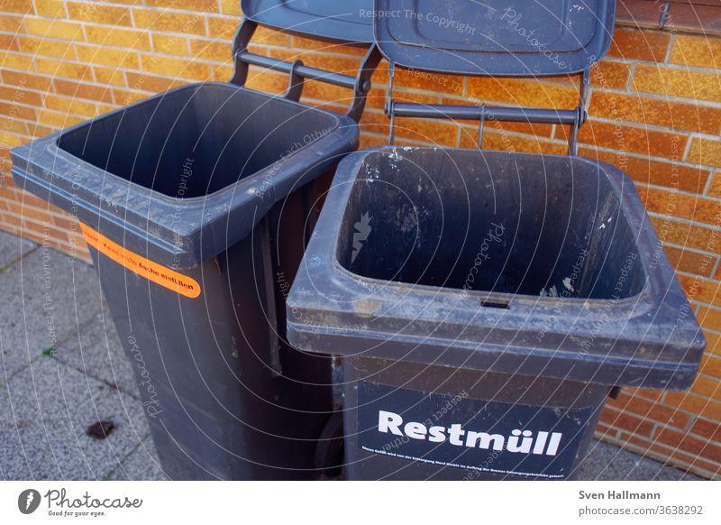zwei offene Mülltonnen nebeneinander Müllbehälter Außenaufnahme Farbfoto Menschenleer Umweltschutz Tag Wand Recycling Müllabfuhr Bürgersteig Müllverwertung
