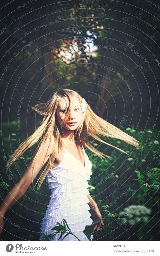 Dame in weißem Kleid tanzt im Wald mit hochgestecktem Haar Waldfee Tanzen freudig Prinzessin windgepeitscht Wind Natur schön Junge Frau Mädchen tanzt Glück